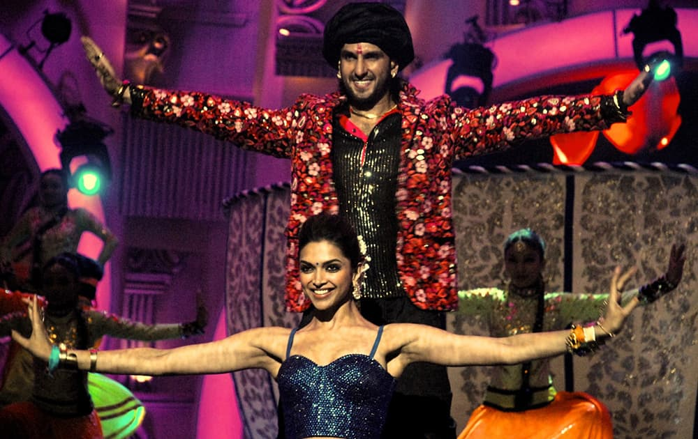 Ranveer-Deepika perform together on stage for the very first time at Zee Cine Awards.
