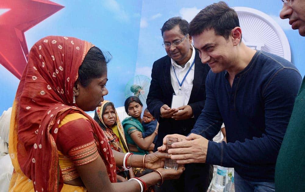 Bollywood actor Aamir Khan meets the family members of 'Mountain man' late Dasrath Manjhi at Gaya.