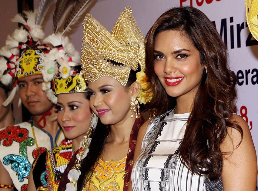 Bollywood Actress Esha Gupta with Malaysian cultural dancers during a Tourism Malaysia press conference in Mumbai.