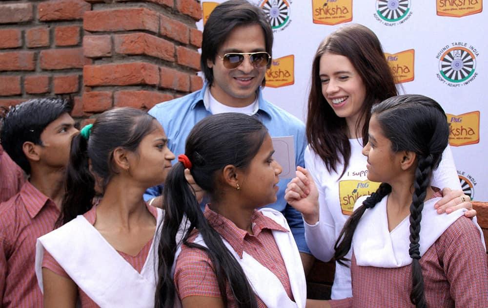 Kalki Koechlin & Vivek Oberoi with school girls at an event in Gurgaon.