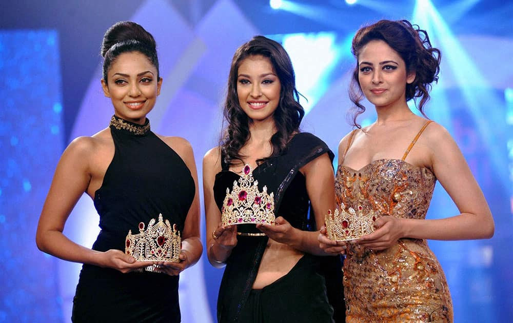 Miss India Earth 2013 Sobhita Dhulipala, Miss India World 2013 Navneet Kaur Dhillon and Miss India 2013 2nd runner-up Zoya Afroz during the unveiling for 'Miss India 2014 Crown' in Mumbai.