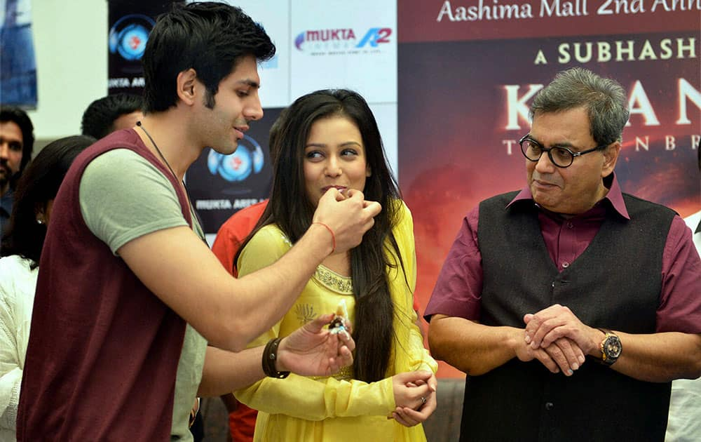 Bollywood director Subhash Ghai with film stars Mishti and Kartik Aryan during promotion of their film 'Kaanchi' in Bhopal.