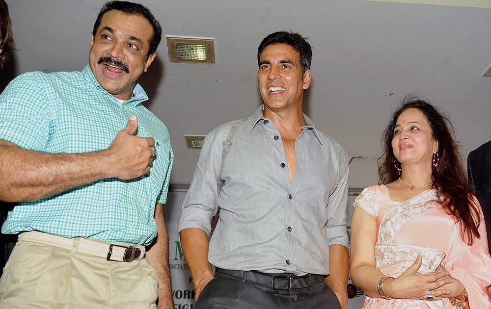 Joint Commissioner of Police Himanshu Roy, actor Akshay Kumar and producer Smita Thackeray at the launch of Tolpar Knife Training and unarmed combat training session by Russian experts for women, in Mumbai.