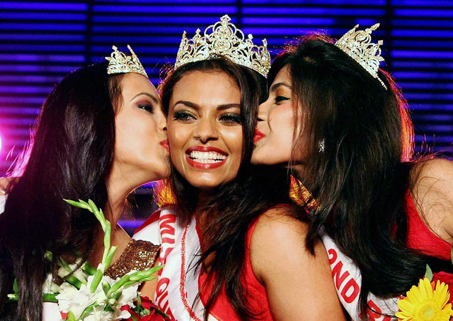Winner of Manappuram Miss Queen of India 2004 Dimple Paur (C) flanked by the first runner up Aditi (L) and second runner up Sneha Priya (R) in Kochi.