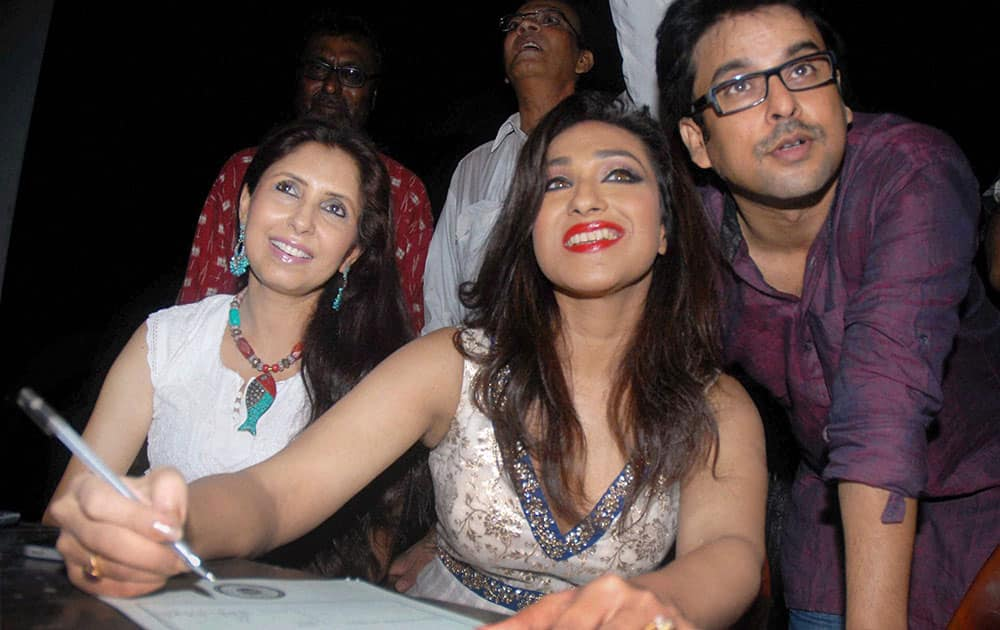 Actress Rituparna Sengupta pledging to donate her body after her death at an awareness programme in Kolkata on Sunday evening. Tollywood actors Chaiti Ghoshal (L) and Debdoot Ghosh (R) also seen in the picture.