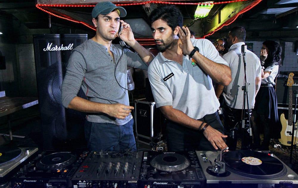 Imran Khan(L) and Akshay Oberoi at the making of a music video at Juhu in Mumbai.