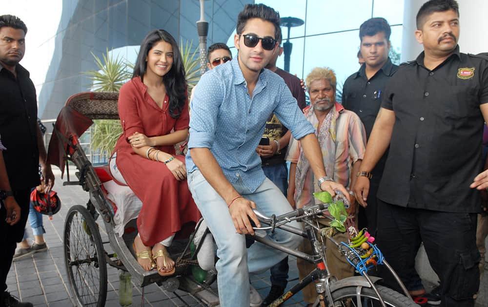 Deeksha Seth (2L) and Armaan Jain (2R) at the promotion of their upcomming movie 'Lekar Hum Deewana Dil' in Jaipur. dna