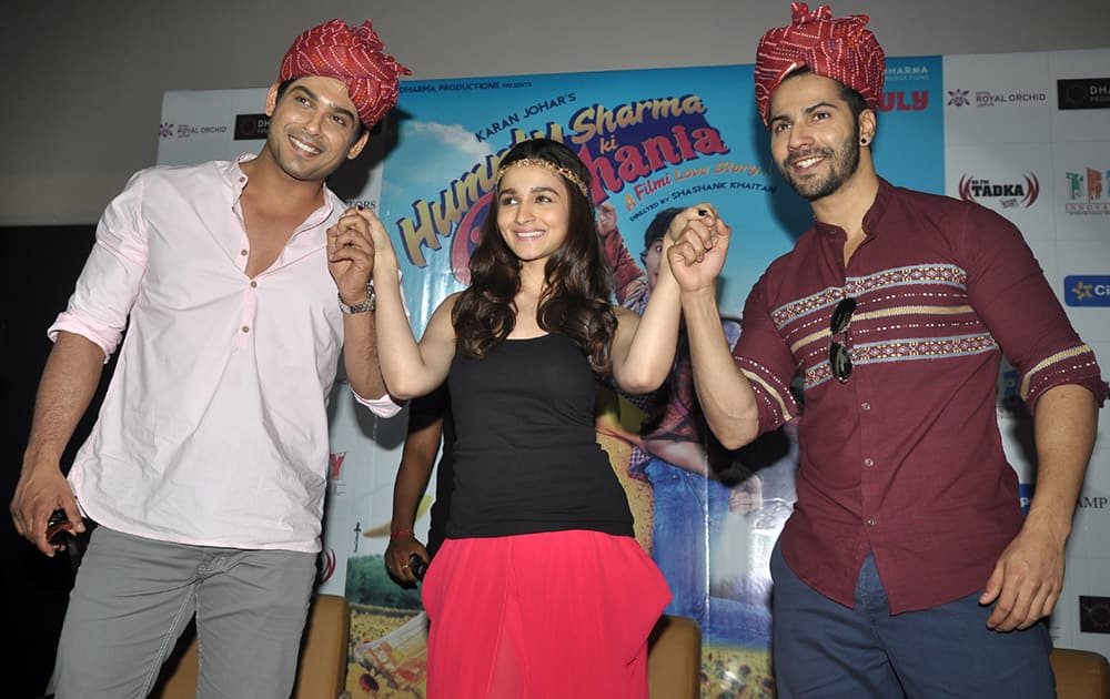Actors Siddharth Shukla (L), Alia Bhatt (C) and Varun Dhawan (R) at the promotion of their upcoming flick 'Humpty Sharma Ki Dulhania' in Jaipur. DNA