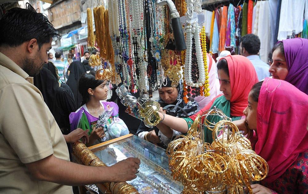Muslims busy in Eid shopping in Srinagar.