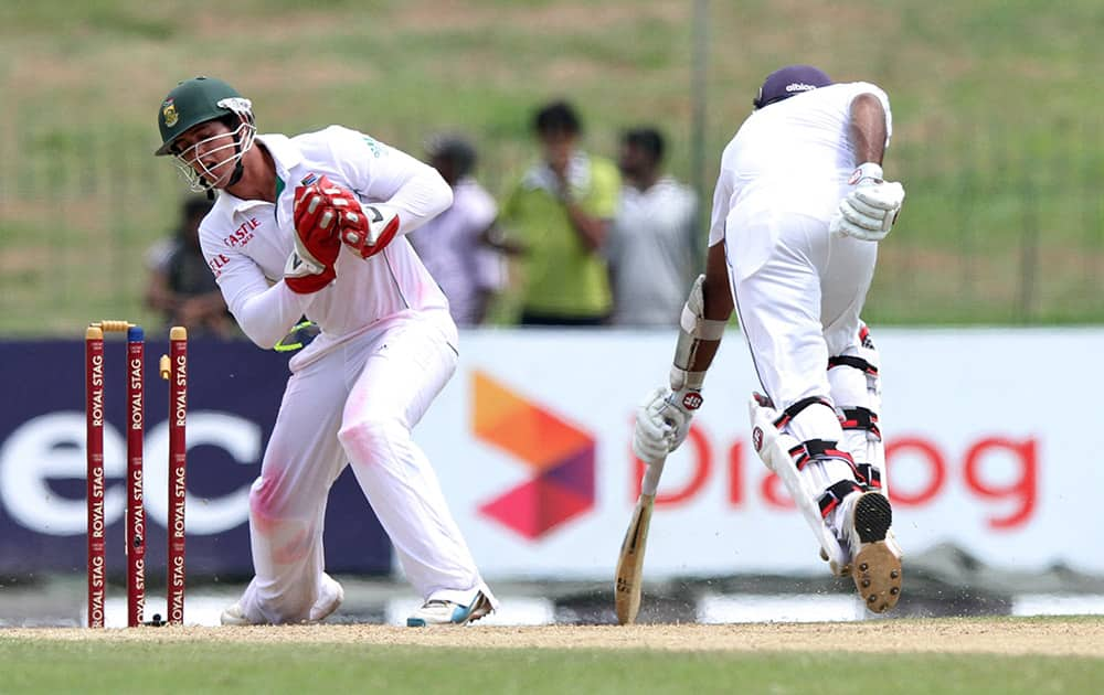 Sri Lankan batsman Mahela Jayawardene reaches the crease on time to avoid being dismissed by South African wicketkeeper Quinton de Kock during the first day of the second test cricket match between Sri Lanka and South Africa in Colombo, Sri Lanka.