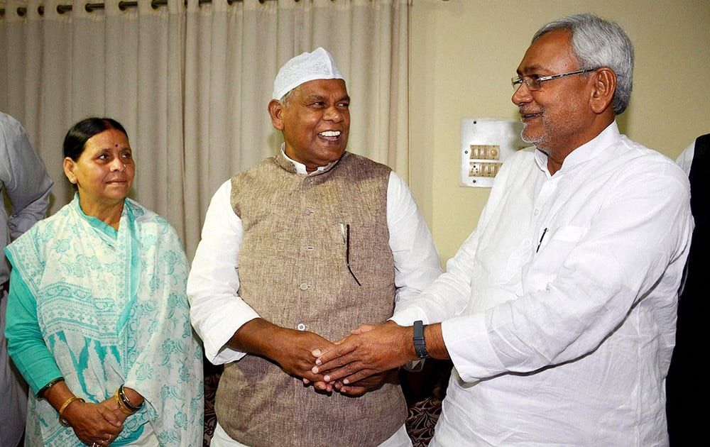 Bihar Chief Minister Jitan Ram Manjhi with JD(U) senior leader Nitish Kumar (R) and RJD senior leader Rabri Devi (L) during an Iftar party at CM residence in Patna.