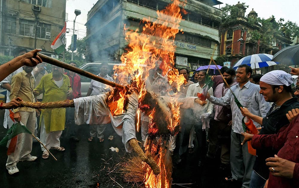Congress activists burn an effigy of BJP leader Vijay Goel in front of BJP office in Kolkata on Thursday during a protest against his remark on migrants of UP and Bihar.