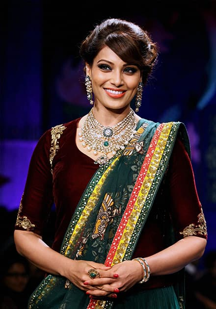 Bipasha Basu walking the ramp during the grand finale of India International Jewellery Week 2014 (IIJW) in Mumbai.