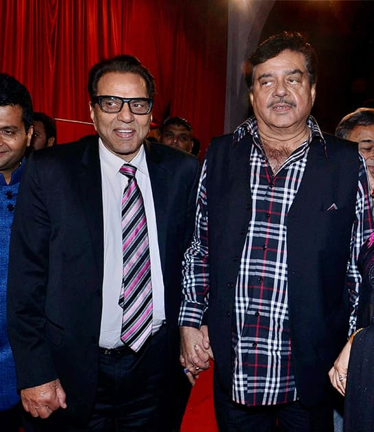 Dharmendra and Shatrughan Sinha (L) attend the International Indian Achievers Awards in Mumbai.