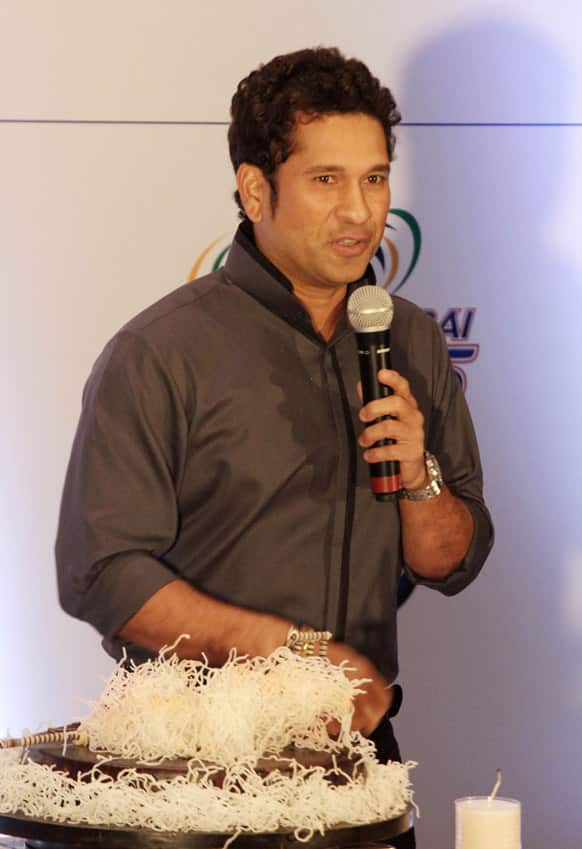 Sachin Tendulkar thanks his well-wishers during celebration of his 40th birthday in Kolkata.