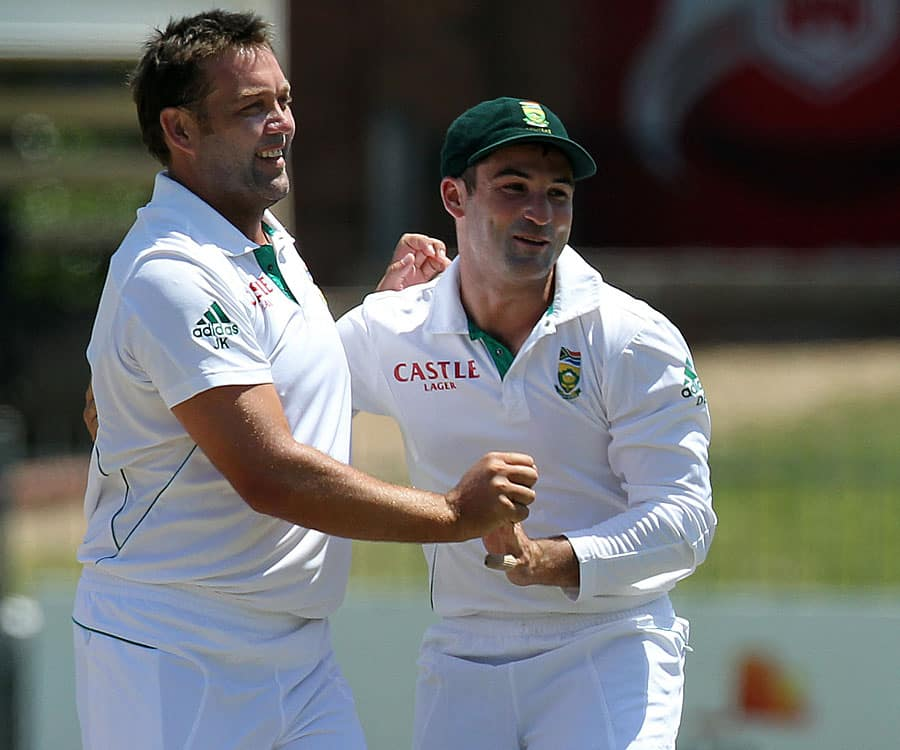 Dean Elgar congratulates Jacques Kallis as South Africa claimed the first wicket of the day, South Africa v New Zealand, 2nd Test, Port Elizabeth.