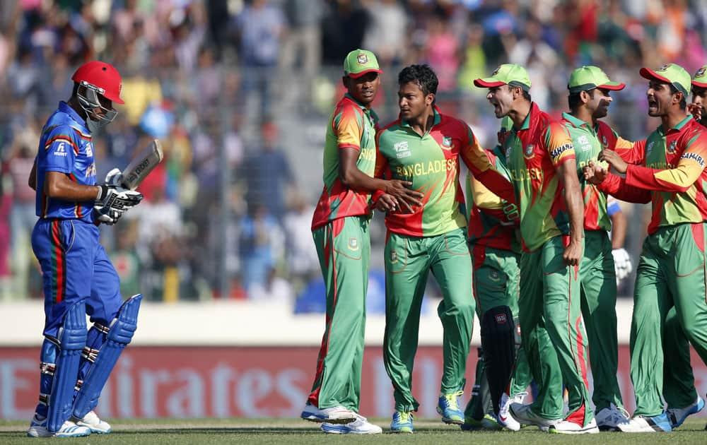 ICC World Twenty20 2014: Bangladesh celebrate the dismissal of Afghanistan's batsman Najibullah Taraki in Dhaka (March 16, 2014)