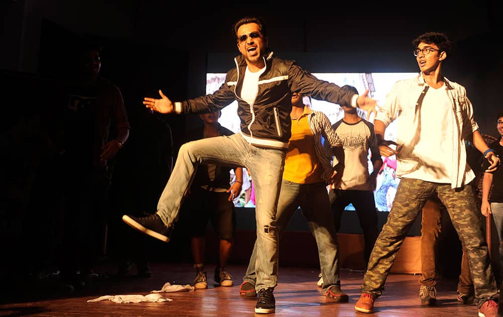 EMRAAN CAN DANCE, SAALA!: Emraan Hashmi was at Podar College to promote his movie Raja Natwarlal, and the actor shook a leg with the students.- DNA