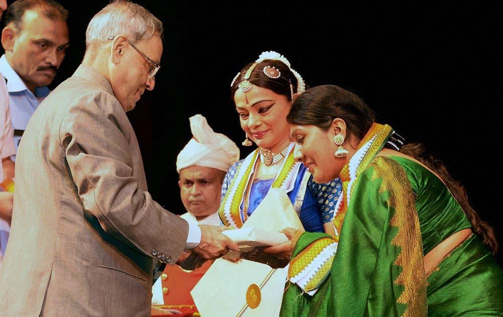 President Pranab Mukherjee felicitates Malavika Sarrukai after her Bharatnatyam performance at Rashtrapati Bhavan auditorium in New Delhi.