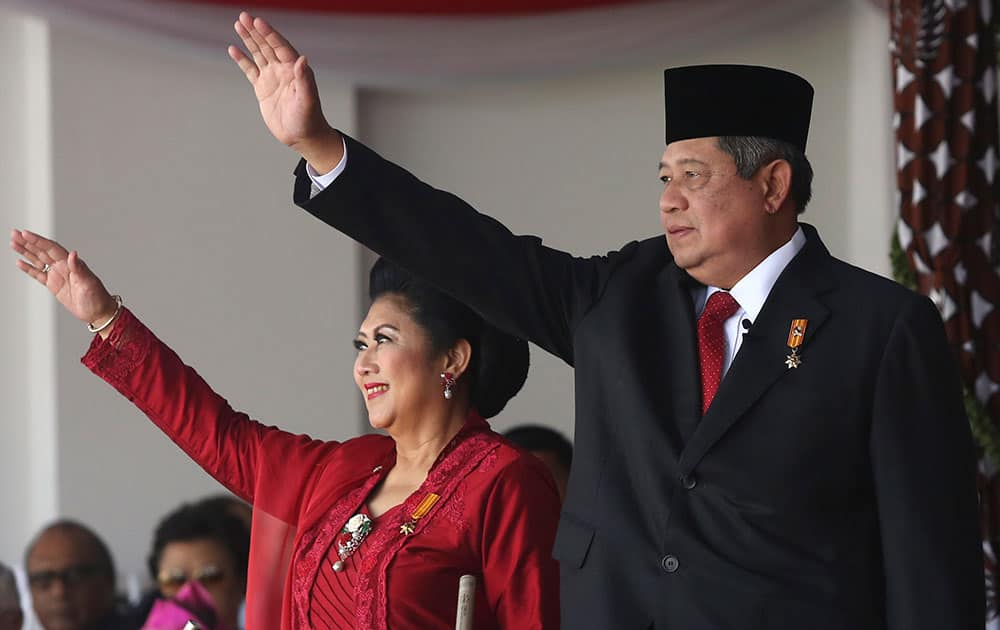 Indonesian President Susilo Bambang Yudhoyono, right, and his wife Ani, wave to the crowds at the end of a flag hoisting ceremony commemorating the country`s independence day at Merdeka Palace in Jakarta.