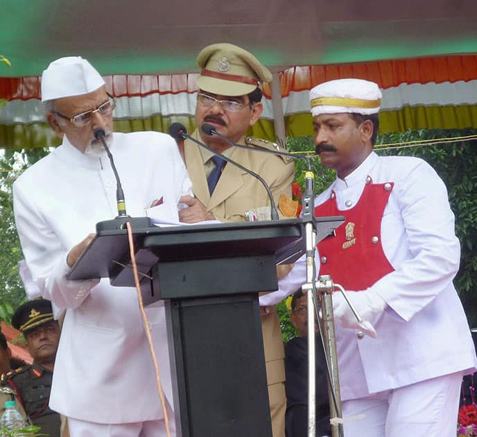 Jharhand Governor Syed Ahmed faints while addressing an Independence Day function in Dumka.