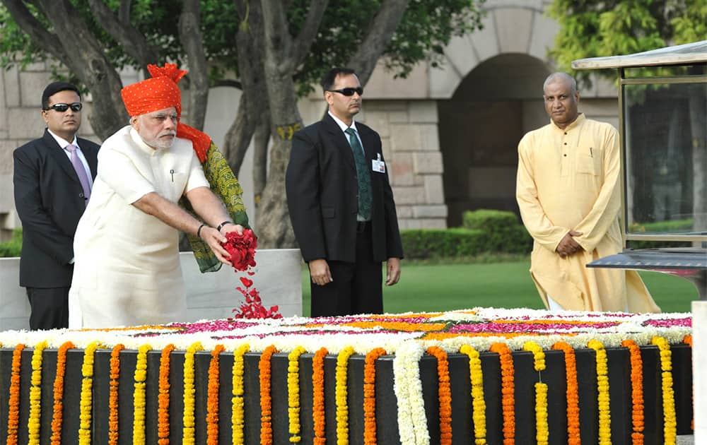 The Prime Minister, Shri Narendra Modi paying floral tributes at the Samadhi of Mahatma Gandhi, at Rajghat, on the occasion of 68th Independence Day, in Delhi.