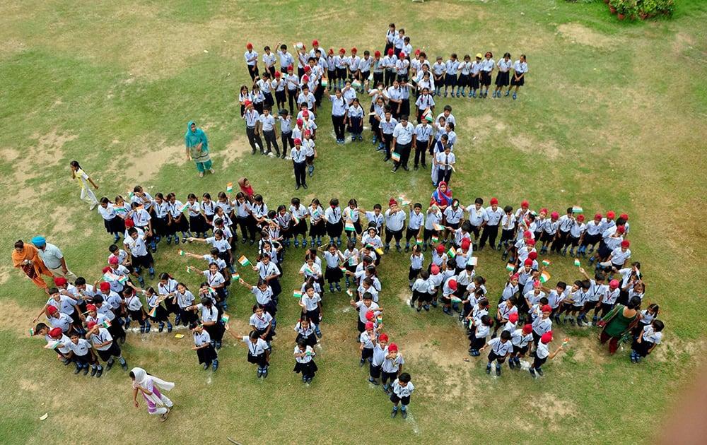 School children making a human chain that reads Vande Matram.