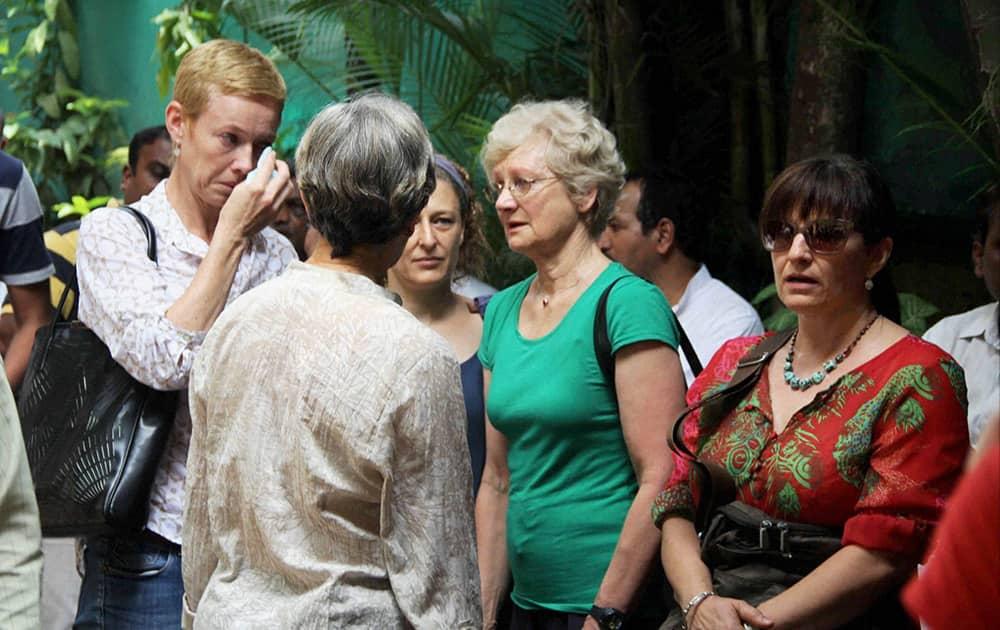 Foreign followers of Yoga guru BKS Iyengar at his funeral in Pune.