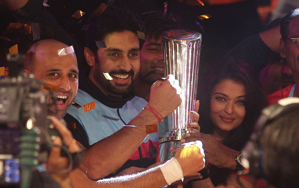 Team owner and Bollywood actor Abhishek Bachchan, second left along with his wife Aishwarya Rai Bachchan, right, celebrates with the players of Jaipur Pink Panthers after they won the Pro Kabaddi League title in Mumbai.