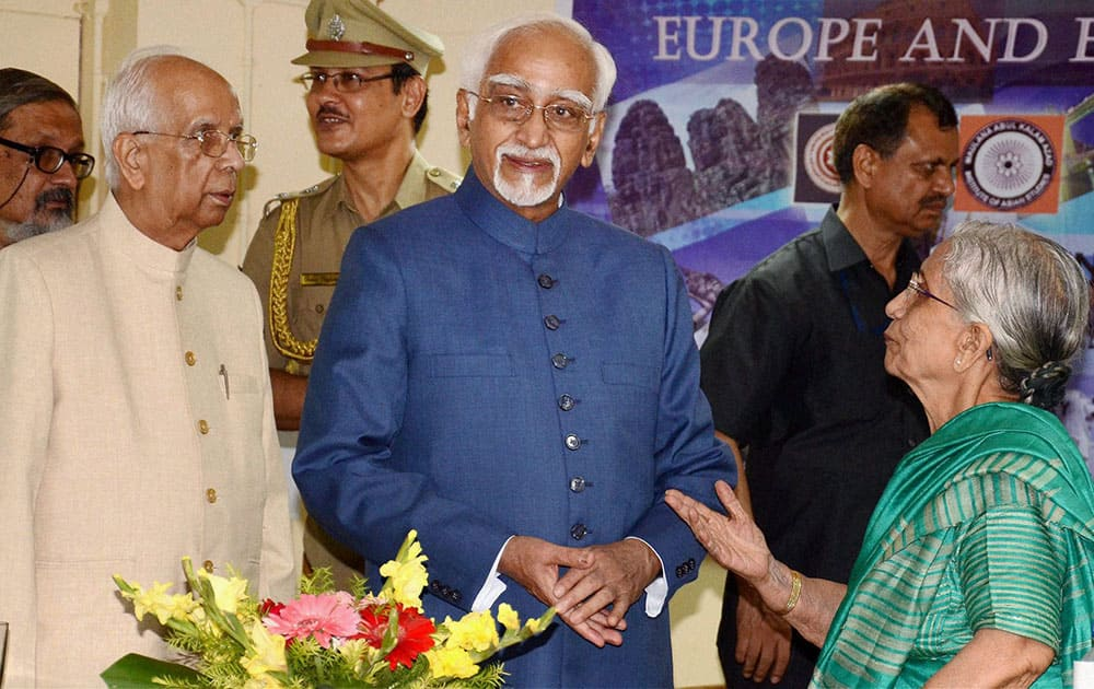 Vice President Mohd Hamid Ansari with West Bengal Governor Keshari Nath Tripathi (L) & Krishna Bose (R) at the inaguration of International conference on Europe and Emerging Asia in Kolkata.