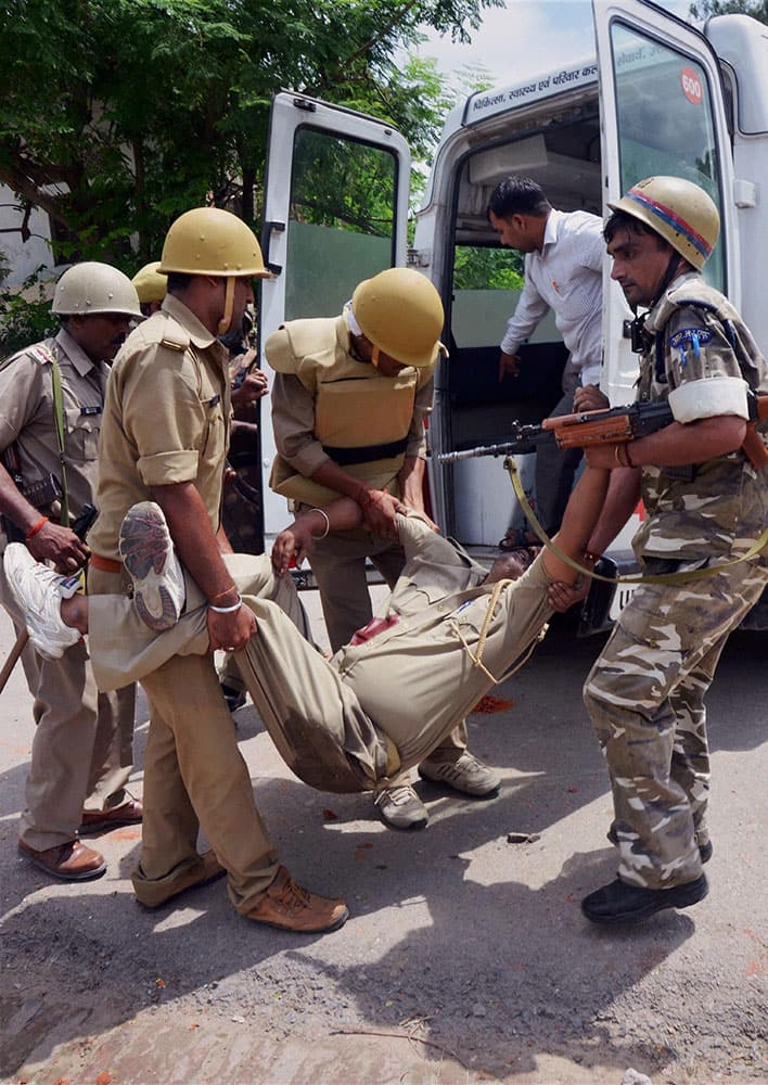 An injured police man is rushed to hospital after a clash with supporters of Anant Vikram over the possesion of Bhupat Bhavan in Amethi.