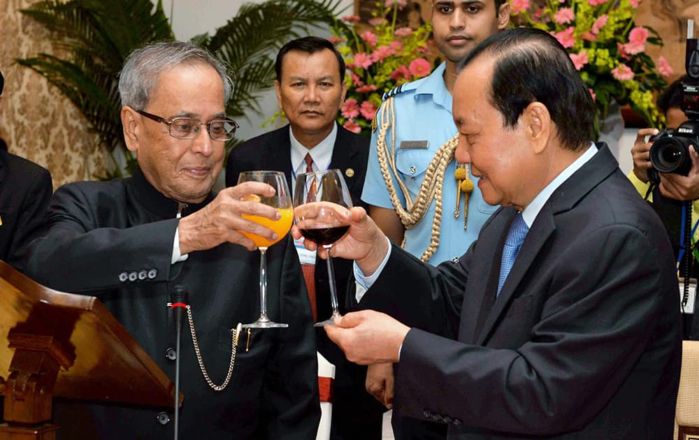 President Pranab Mukherjee and Le Thanh Hai, Secretary of Party Committee of Ho Chi Minh City raise toast during a banquet at Reunification Palace Ho Chi Minh City.