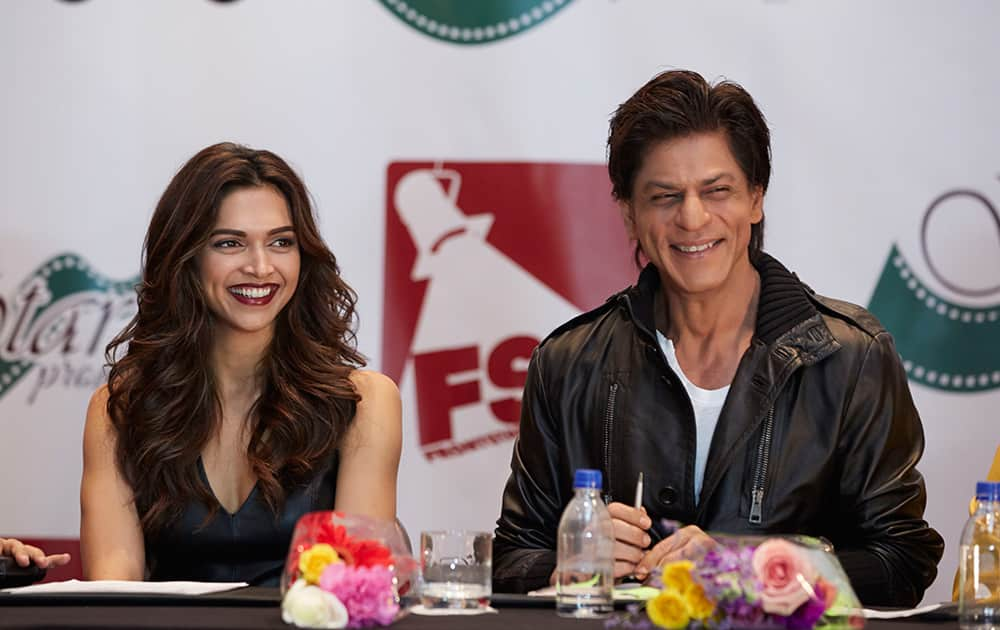DEEPIKA PADUKONE AND SRK AT THE PRESS CONFERENCE OF SLAM THE TOUR IN HOUSTON.