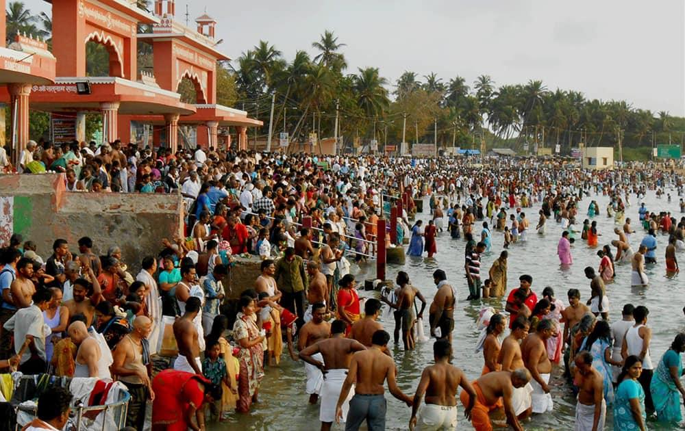 Devotees offer Tarpan during Mahalaya at Rameswaram.