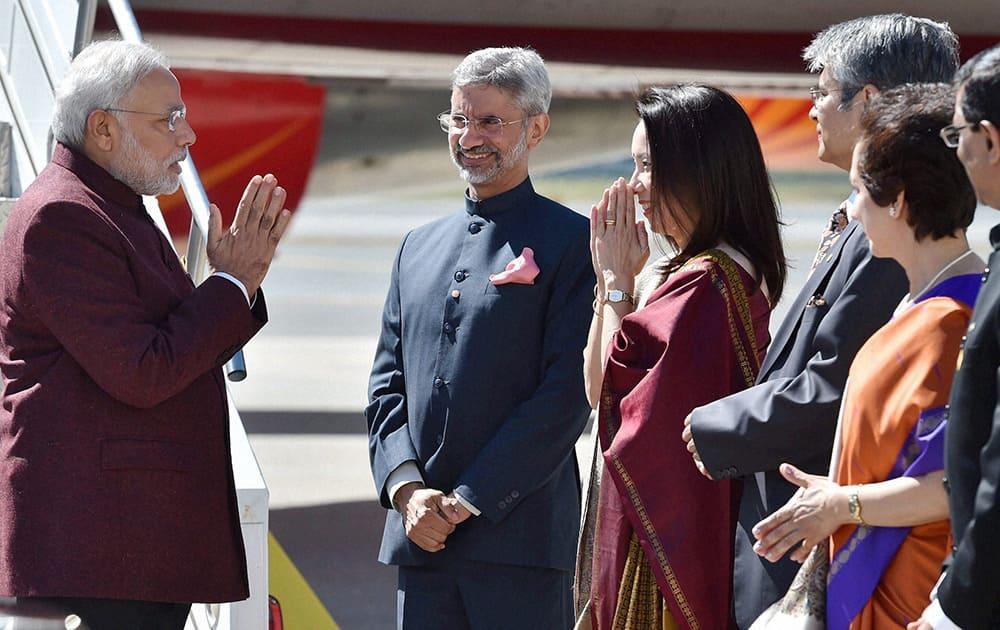 Prime Minister Narendra Modi being welcomed by Indian Ambassador to US Subrahmanyam Jaishankar and his wife Kyoko Jaishankar on his arrival at John F Kennedy International Airport in New York .