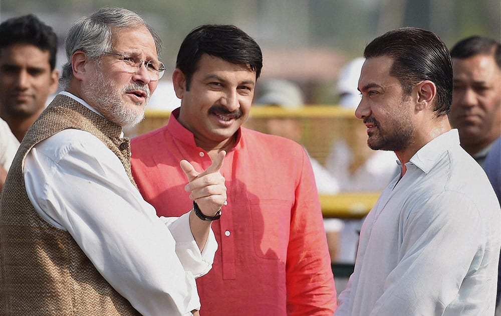 Lt Governor Najeeb Jung, actor Aamir Khan and BJP MP Manoj Tiwari during the launch of nationwide cleanliness campaign, the Swachh Bharat Mission by the Prime Minister at Rajpath in New Delhi.