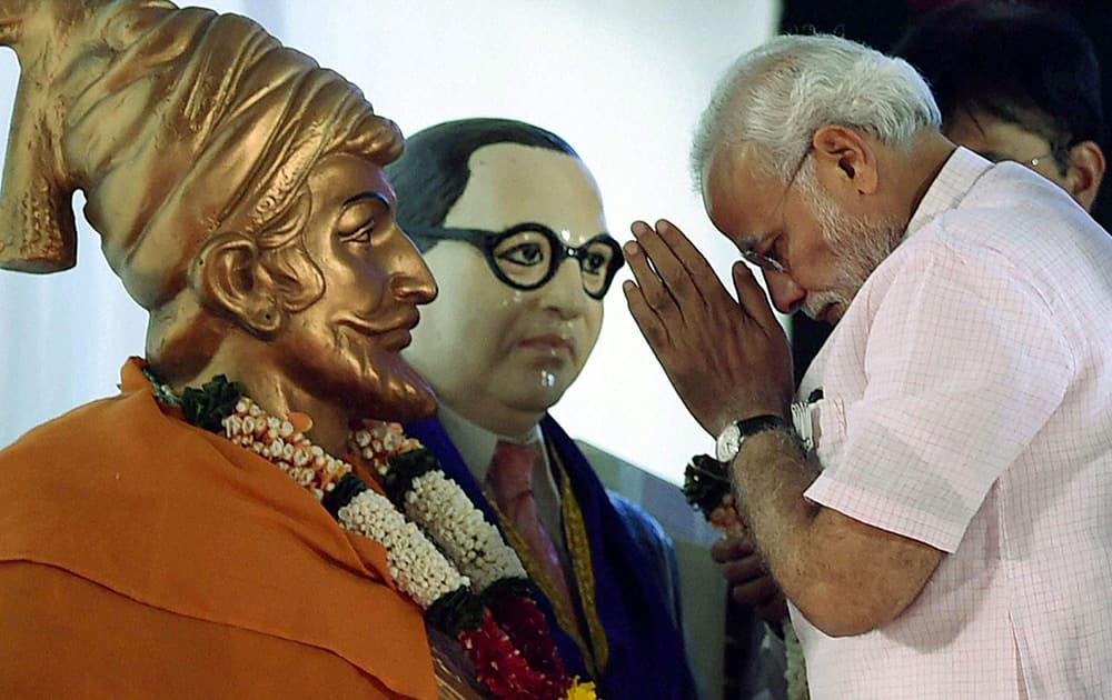 Prime Minister Narendra Modi paying tributes at an election campaign rally for BJP candidates in Mumbai.