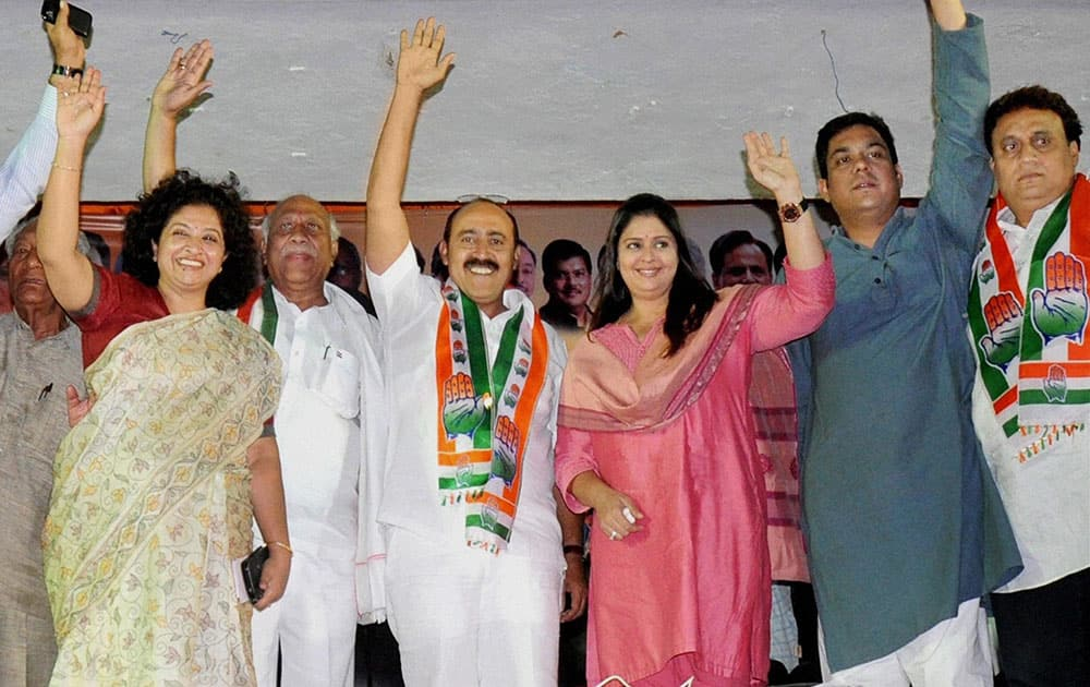 Nagma and other Congress leaders at an election campaign in Nagpur.