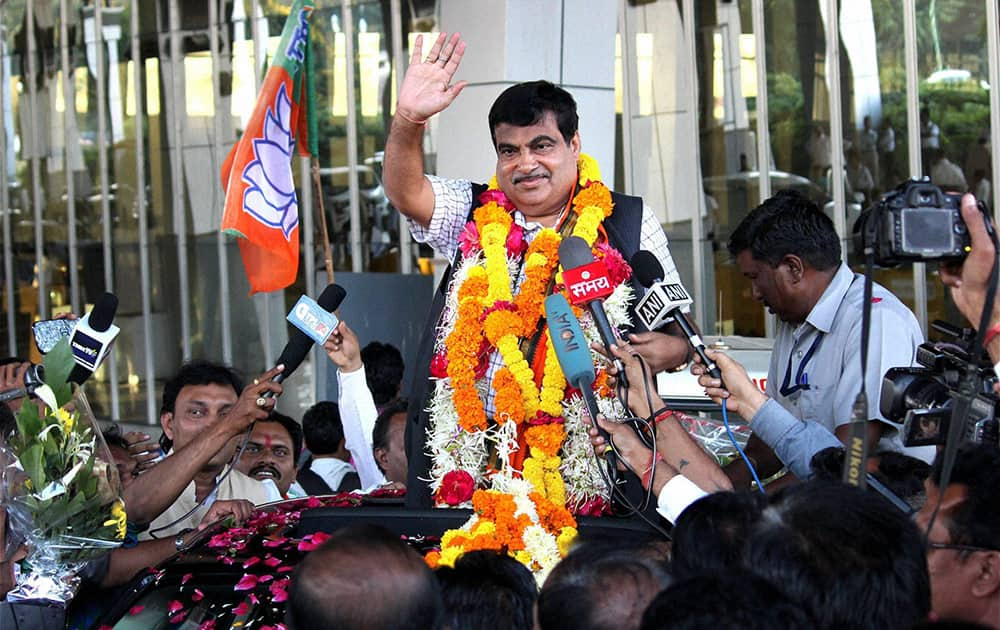 Union Minister for Transport and Shipping Nitin Gadkari being welcomed by supporters on his arrival at Nagpur airport on Tuesday after the Assembly election results.