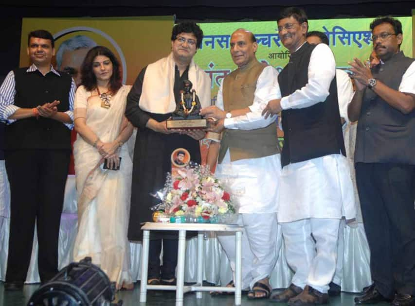 File Photo: Famous poet, Litterateur Mr. Prasoon Joshi awarded with Sant Dnyaneshwar award at the hands of BJP National President Shri.Rajnath Singhji.