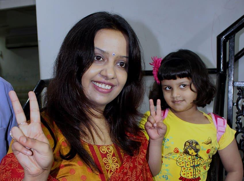 Wife Amruta Fadnavis and daughter Dvija celebrate after Devendra Fadnavis was elected as the leader of BJP legislative party.
