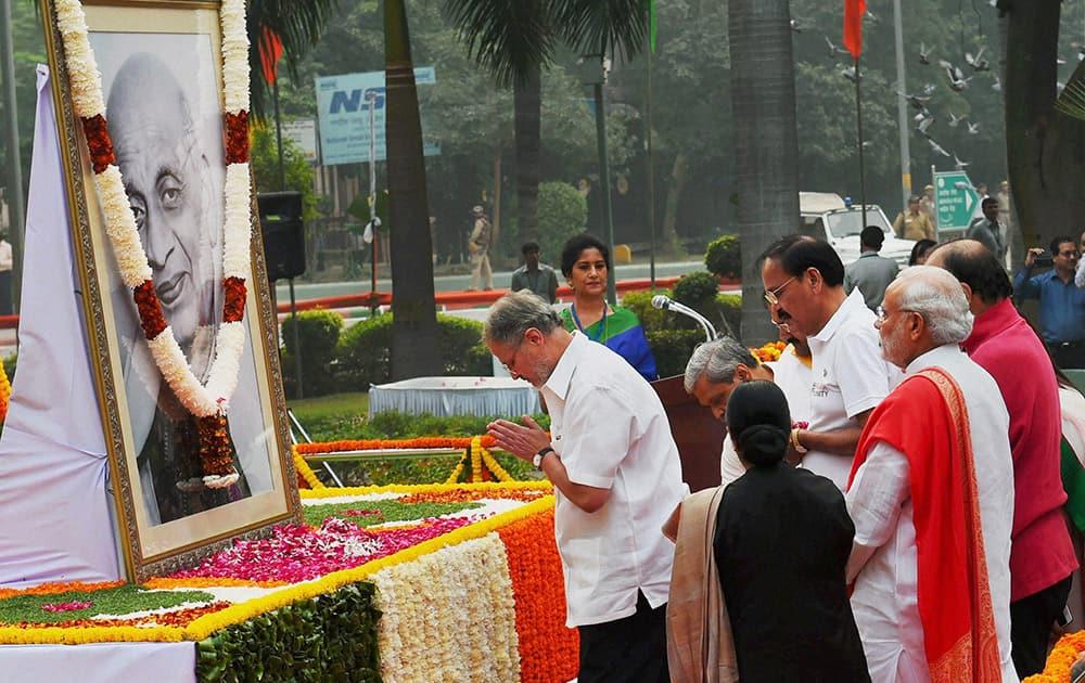 Prime Minister Narendra Modi, Union ministers Sushma Swaraj and Venkaiah Naidu and Delhi Lt Governor Najeeb Jung paying tribute to Sardar Vallabhbhai Patel on the occasion of his birth anniversary at Patel Chowk in New Delhi