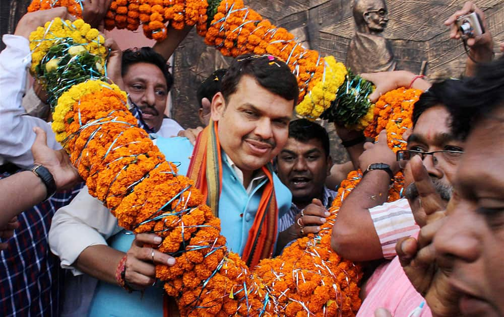 Maharashtra Chief Minister Devendra Fadnavis being welcomed with a garland as he arrives in Nagpur.