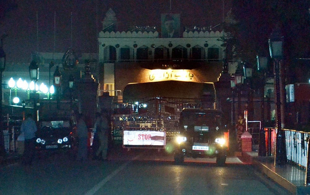 International Indo-Pak, Attari border closed after bomb blast at Wagah (Pakistan) .