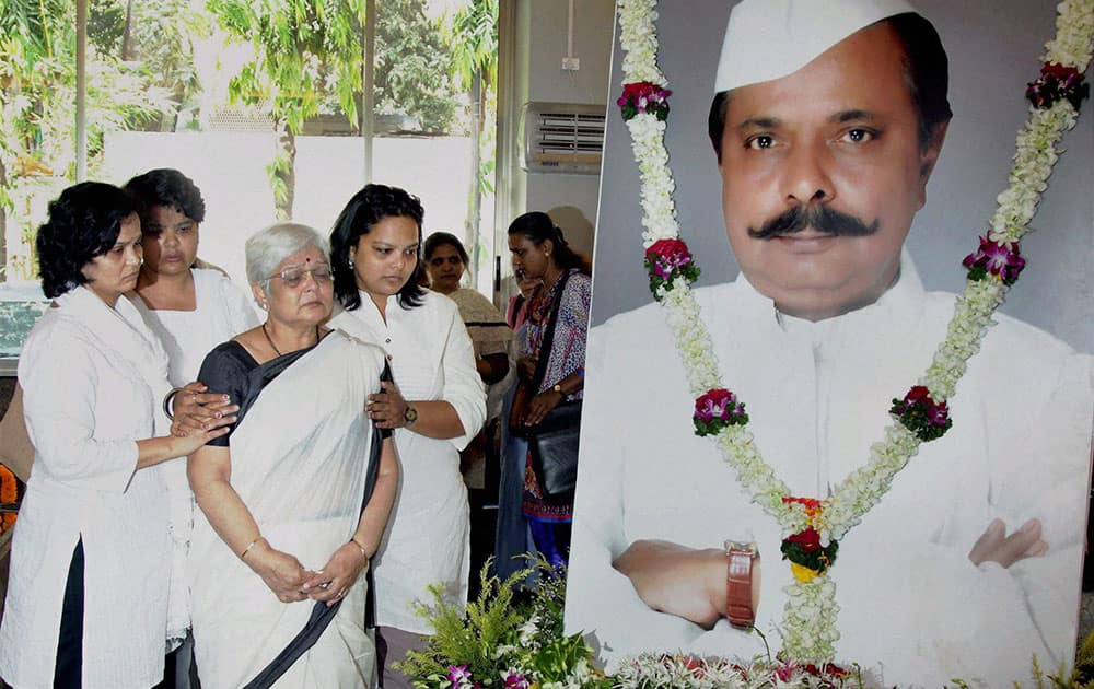 Wife Sunanda Amrapurkar and the three daughters of Sadashiv Amarapurkar who passed away in Mumbai on Monday.