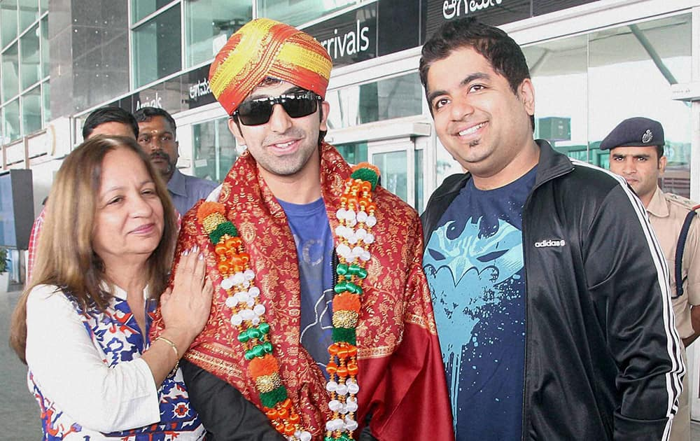 Billiards player Pankaj Advani, who won the World Billiards Championship in Leeds, England is welcomed by family members.
