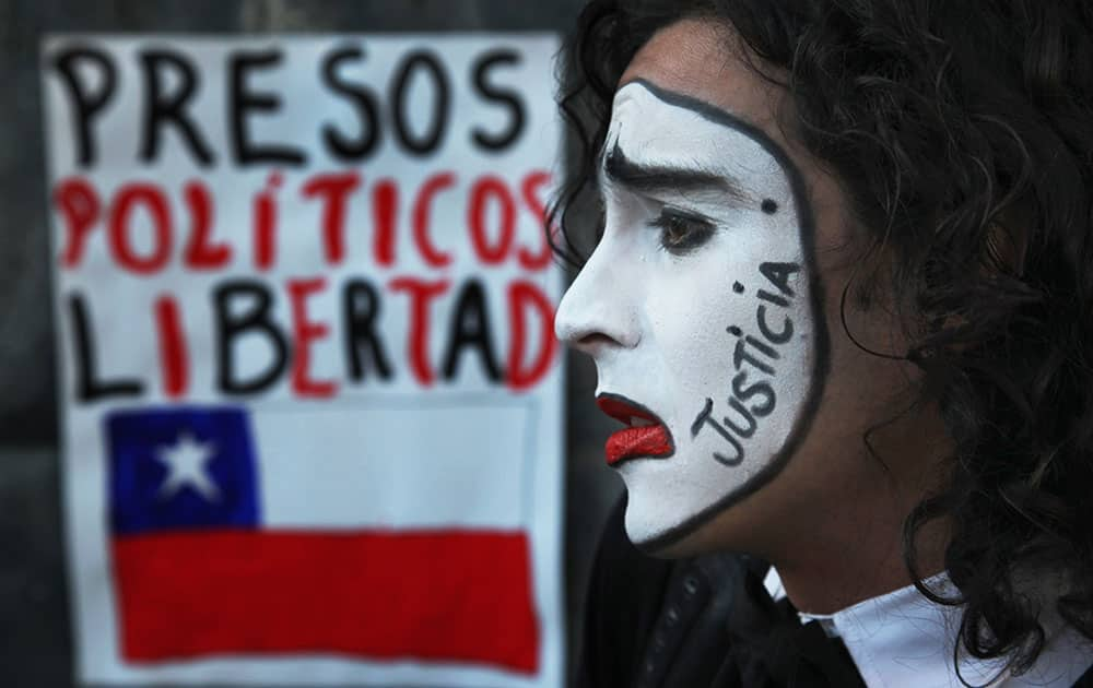 A student wearing white clown makeup with the Spanish word for