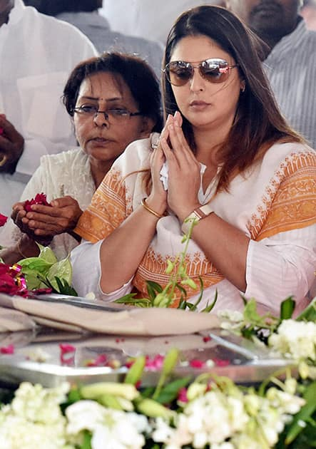 Actress and Congress leader Nagma pays her last respects to former Union Minister Murli Deora during his funeral in Mumbai.