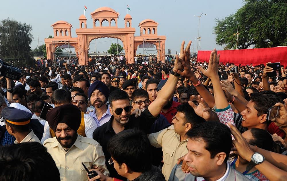 Bollywood actor Akshay Kumar (C) pays tribute to 26/11 martyrs at Marine Drive in Mumbai. - DNA