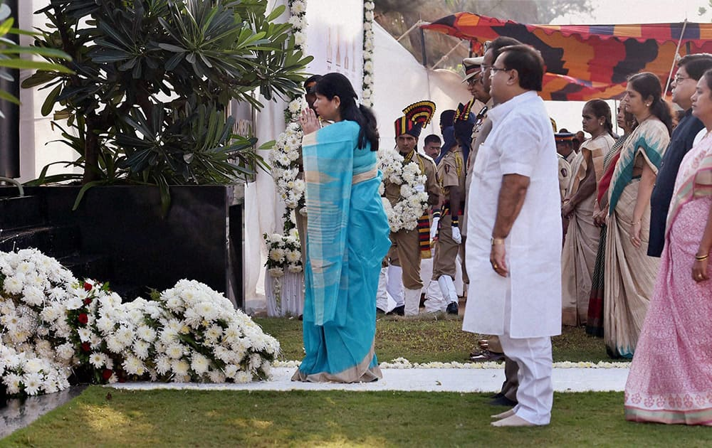 Family members paying tributes to the victims of 26/11 Mumbai terror attacks on the sixth anniversary of the gruesome incident, in Mumbai.